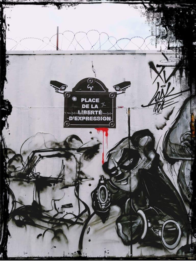 """Gesellschaftskritik Streetart, Biild: Schild mit """"Meinungsfreiheit"""" durchgestrichen, Kameras, Panda mit Granate, schwarz weiß Töne und rote Highlights, Graffiti urbane Kunst, Frankreich, Paris, 18. Bezirk im Norden, Graffiti Hall of Fame Paris Rue Ordener, Black Lines Kollektiv, Subkultur, Gilets Jaunes, Gelbwesten, entartete Kunst, Malerei,"""