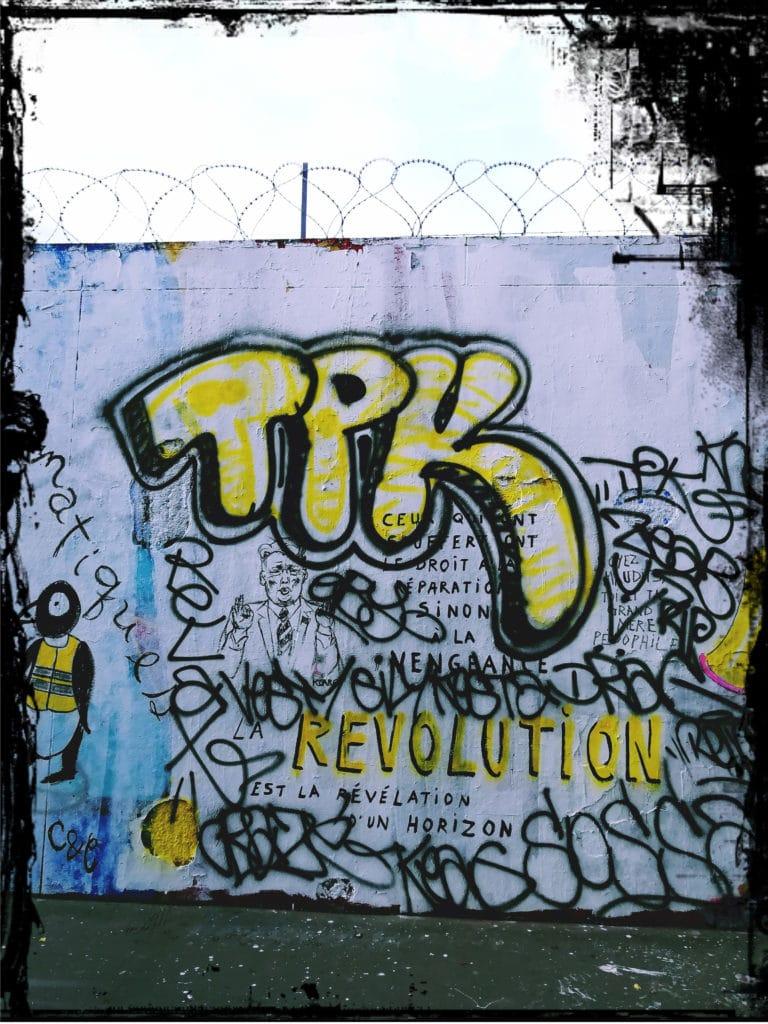 Gesellschaftskritik Streetart crossed, dogged, toyed Graffiti urbane Kunst, Frankreich, Paris, 18. Bezirk im Norden, Graffiti Hall of Fame Paris Rue Ordener, Black Lines Kollektiv, Subkultur, Gilets Jaunes, Gelbwesten, entartete Kunst, Malerei,