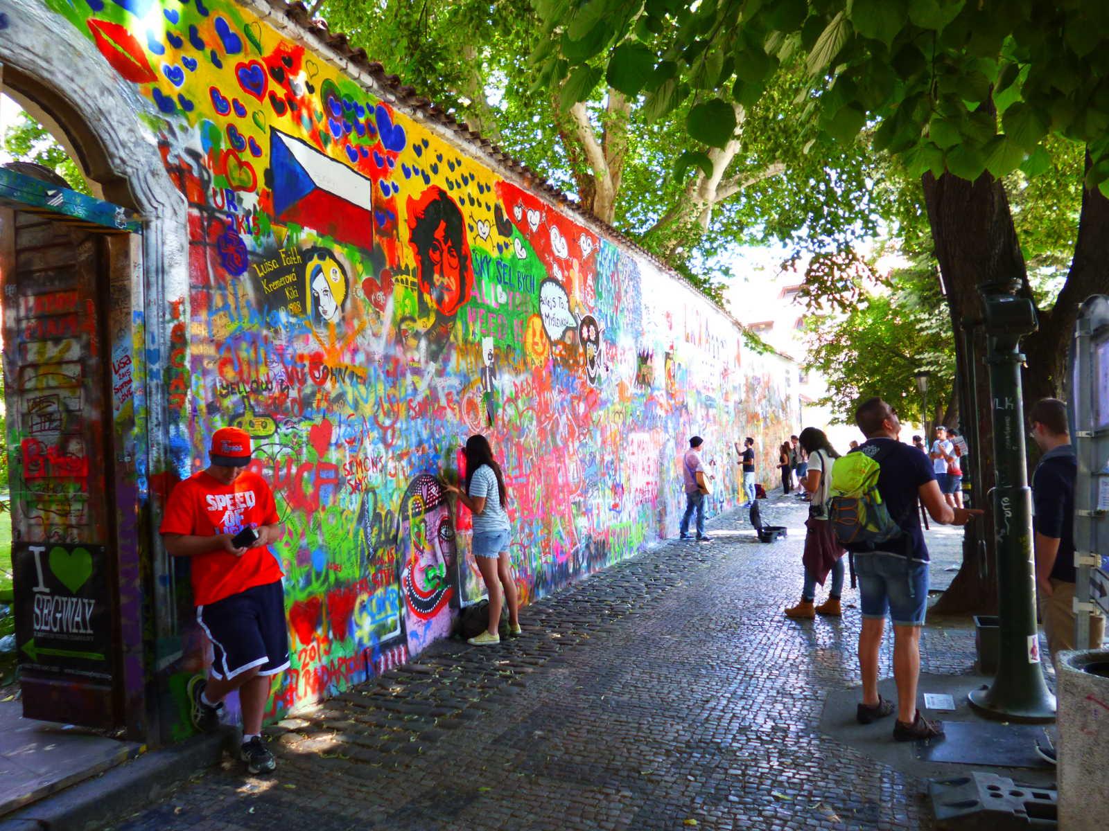 John Lennon Mauer mit Touristen in der Altstadt von Prag.