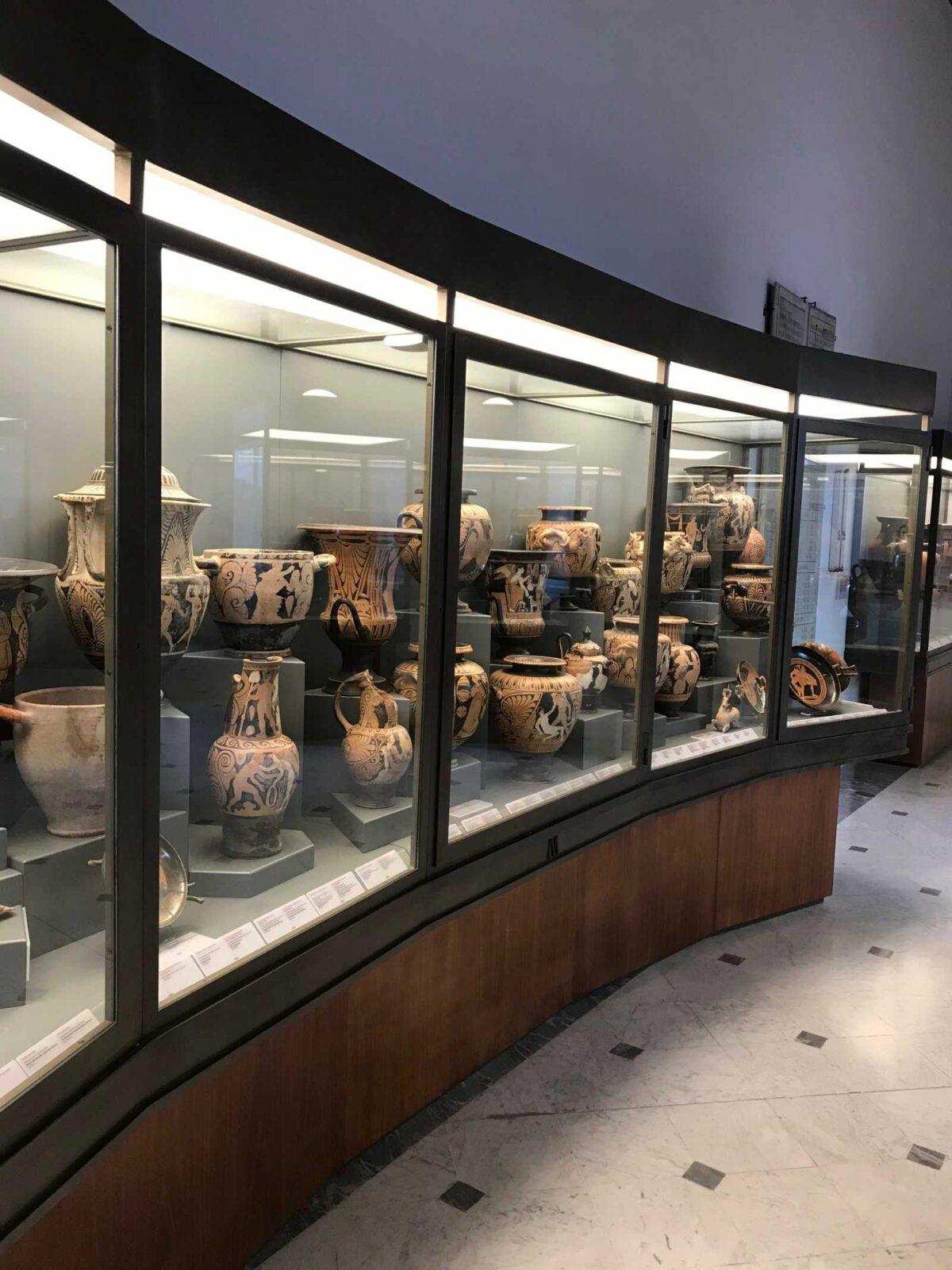 Museen Museum Vatikan Rom Italien Vitrine Ausstellungstücke Tonkaraffen