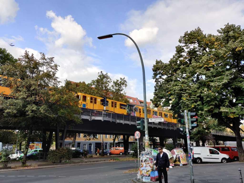 Reisenden der Städte in Berlin Reisende der Städte Metropole Urbanität Urbanismus, Gelbe Ringbahn, Straße, Sommer, urbane Plattform