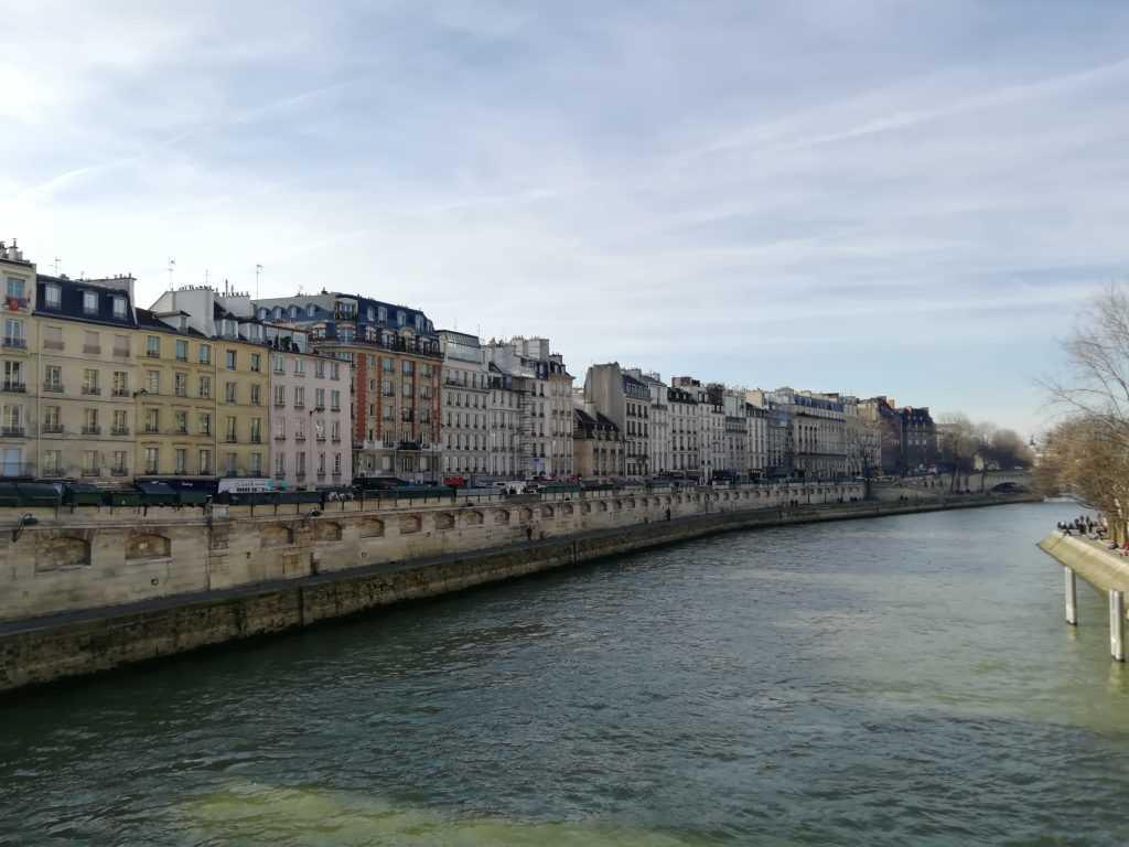 Wasserstress, Wasser, Fluss Seine Paris Frankreich, Flusswehr mit Haussmannischen Fassaden, Herbstwetter ohne Wolken, Wasserfarbe grün bis dunkelgrün bei Schatten.
