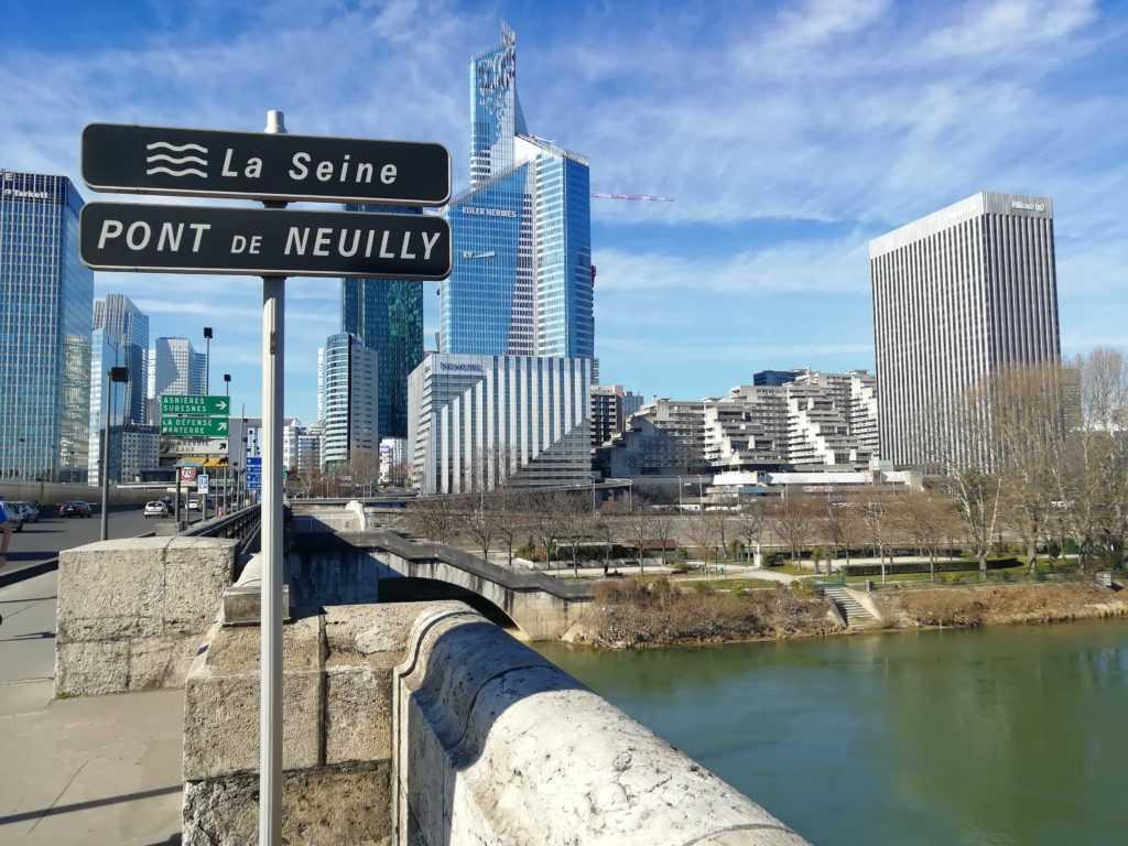 Reisende der Städte überqueren die Brücke von Neuilly und verlassen Paris auf Entdeckungstour der Banlieues. Urbanauth ist dein urbanes Media! Mehr entdecken...