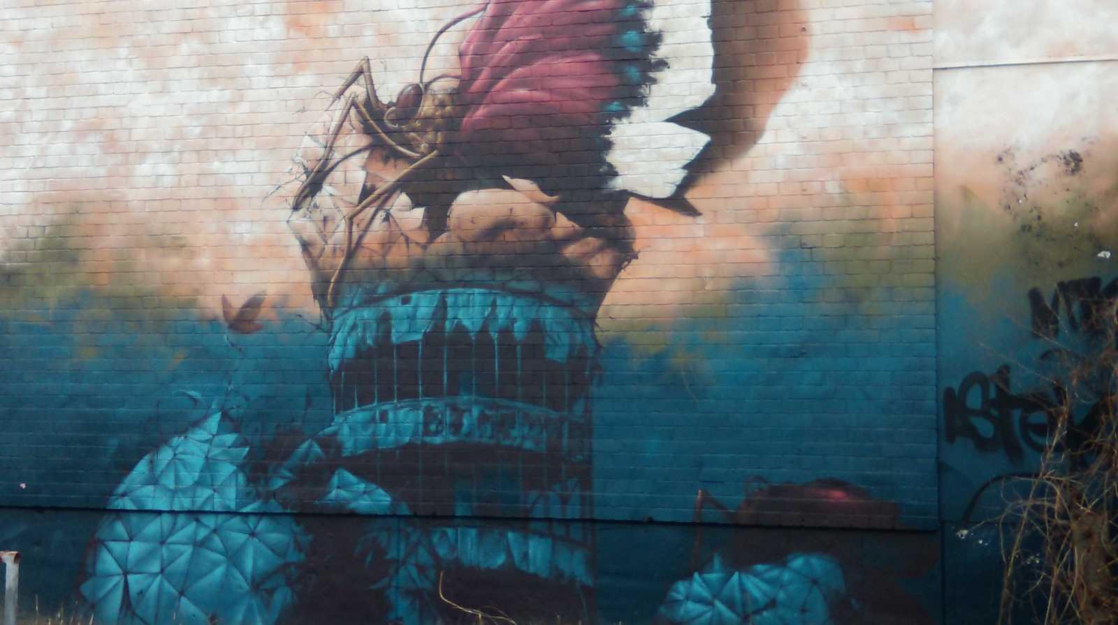 Streetart Kunstwerk Teufelsberg Berlin Deutschland, Schmetterling in expressionistischen Farben sitzt auf dem Turm der ehemaligen Radarstation, Urbane Kunst, Streetart-Meisterwerk, Lostplace,