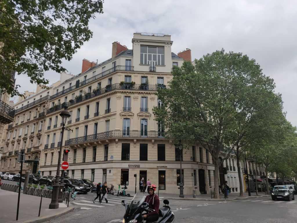 Paris, französische Urbanismus, Haussmannische Fassade in Beige an einer Straßenkreuzung, 8ème Arrondissement, Frankreich, Baron Haussmann