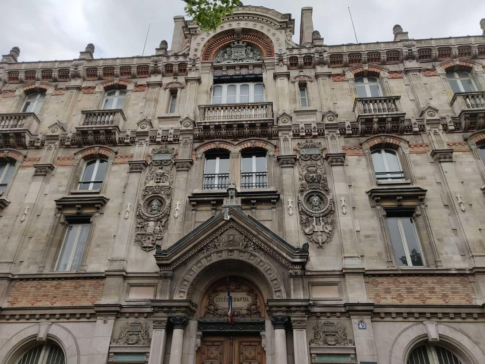 Paris französische Urbanismus, Klassiche Haussmannische Fassade mit detailreichen Verzierungen.
