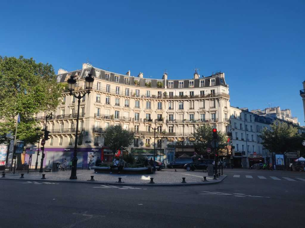 Paris, Verkehrsinsel Metrolinie zwei, Nähe Anvers und Barbès-Rochechouart, Haussmannische Gebäude im Hintergrund, Paris Urbanismus, Baron Eugiene Haussmann, Stadtentwicklung, Infrastruktur, Architektur
