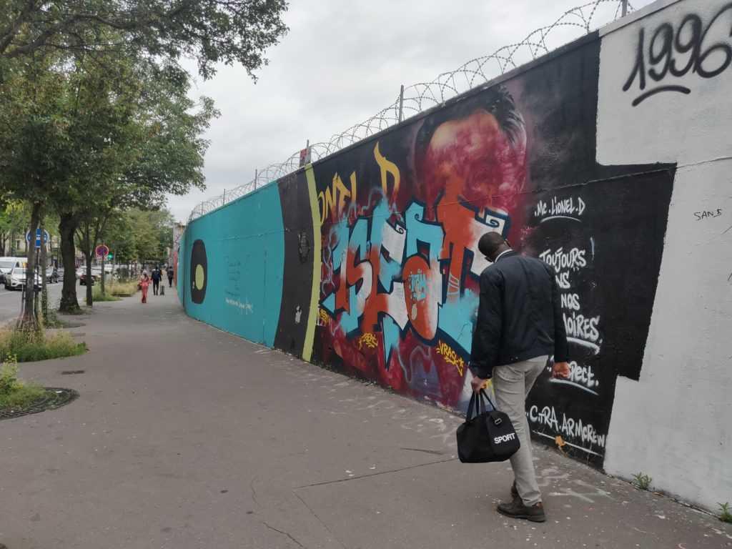 Straße mit Passanten an der Graffiti Hall of Fame von Paris / Rue Ordener, im Norden der Hauptstadt, 18. Bezirk, HipHopcity, 1SEAt Graffiti, MDC Graffiti, VO Graffiti,