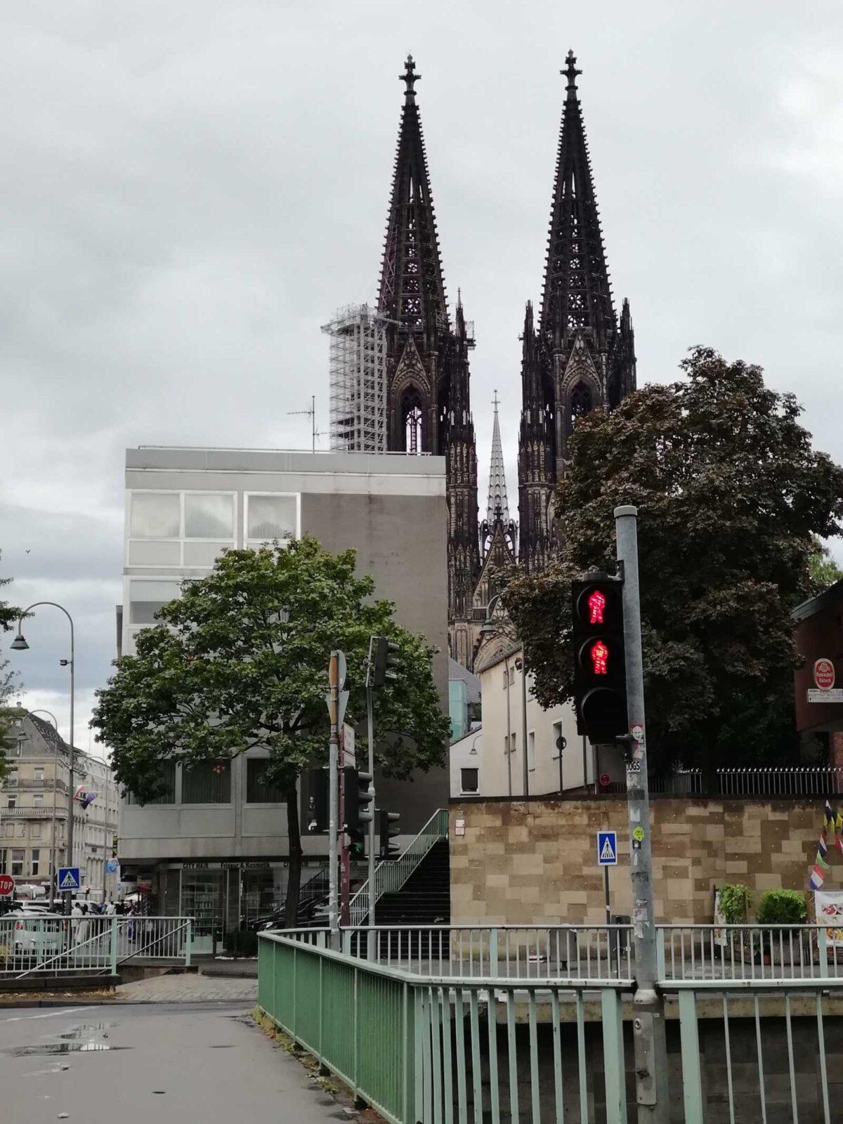 Deutschland, Köln, Kölnische Dom, Katholisch, graue Fassade, Straßenübergang, Brücke, Kölns Innenstadt, Urbanismus, Baukultur, Architektur, Sehenswürdigkeit, Monument, Denkmal